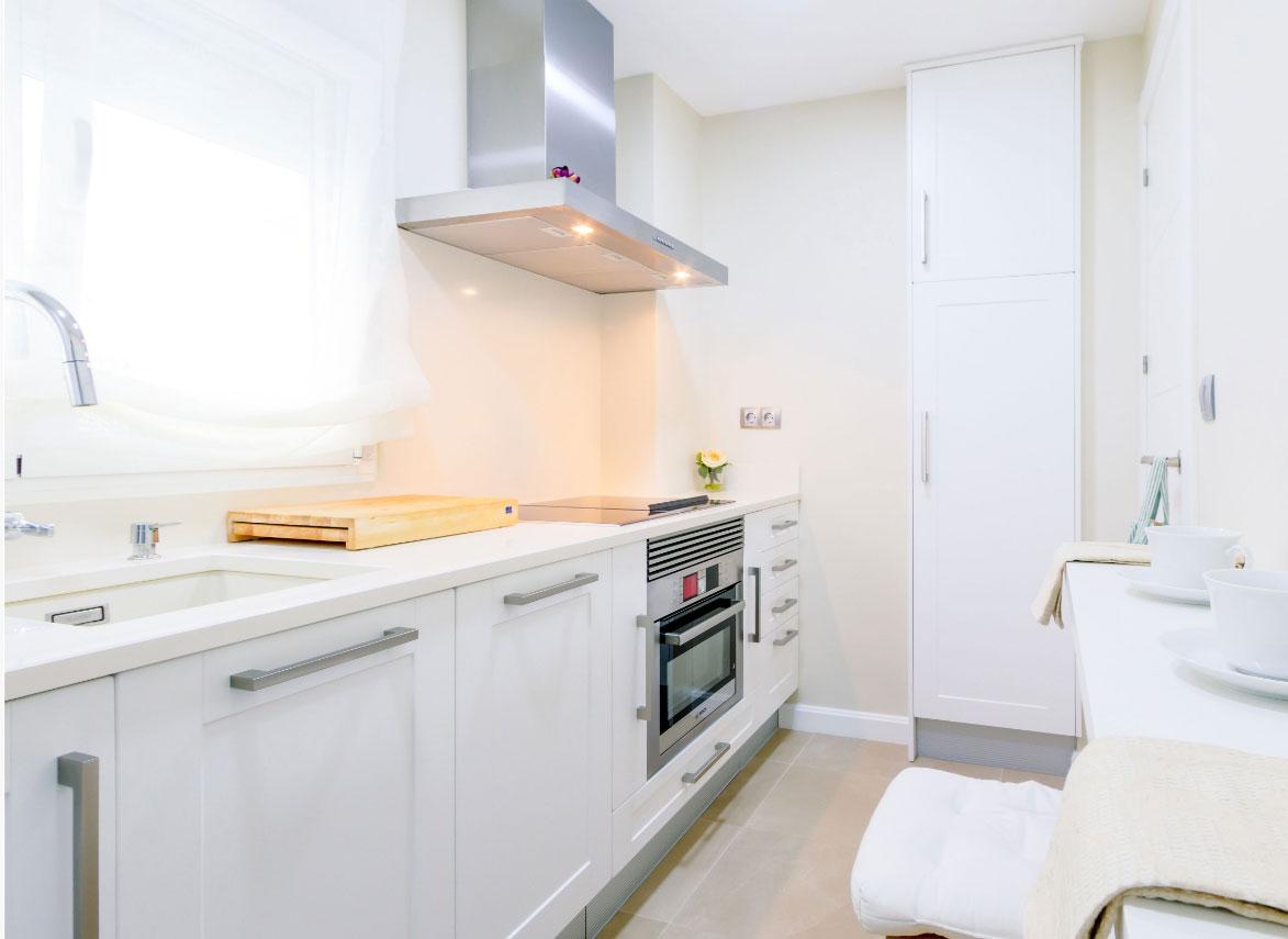 mobiliario de cocina blanco exposición tienda