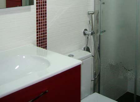 muebles de baño rojos y blancos