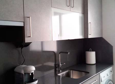 mueble de cocina blanco y gris oscuro