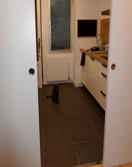 puerta corredera madera blanca cocina