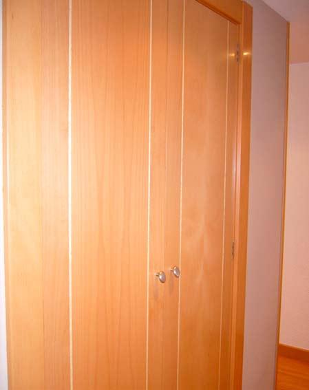 puerta madera pasillo pomo metal