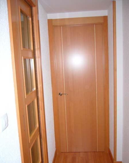 puerta madera pomo dorado