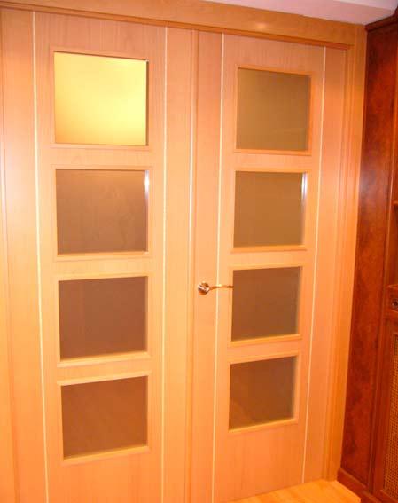 puerta madera y cristal salón